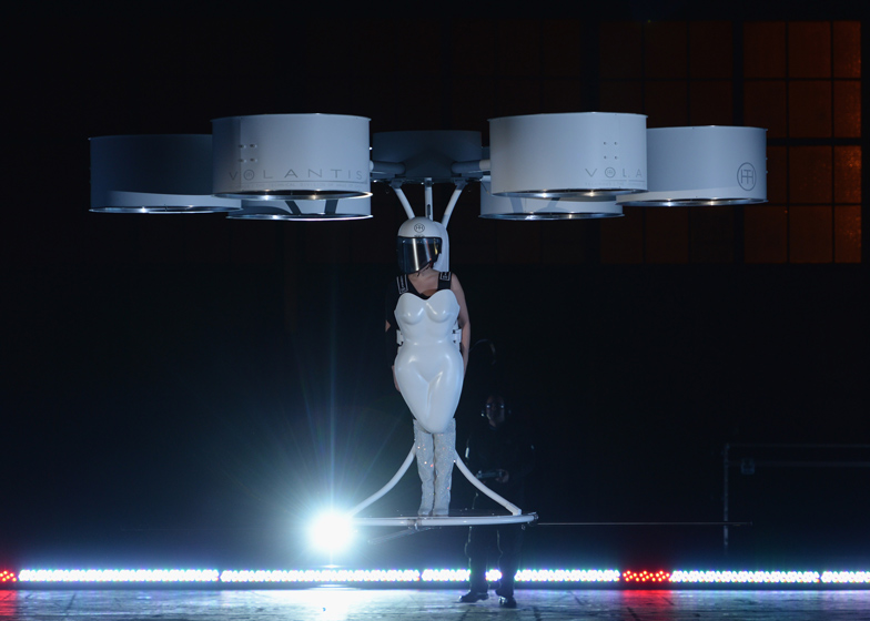 Lady-Gaga-flying-dress volantis