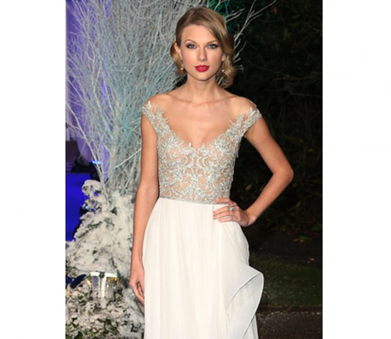 Taylor-Swift-in-Reem-Acra-Centerpoint-Winter-Whites-Gala-capa