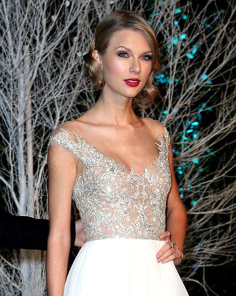 Taylor-Swift-in-Reem-Acra-Centerpoint-Winter-Whites-Gala