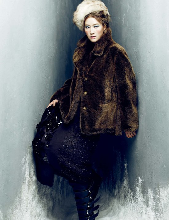 b995aa2da5a79b5b_Lee_Hyun_Yi_by_Choi_Yong_Bin_Frozen_Moments_-_Harper_s_Bazaar_Korea_January_2014_6_jpg_preview_tall