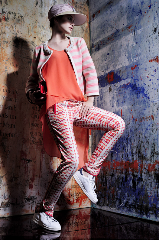Pala de palhinha tamanho XL da produção Turbante em tons de rosa velho Up Boutique, psc Casaco em tela de algodão de riscas brancas e rosa Max&Co €147,5 Túnica em seda laranja BCBG Maxazria €114 Calças em seda estampadas em tons de laranja e branco BCBG Maxazria €149 Clutch vermelha com relevo em picos Zara €39,99 Tennis Stan Smith Adidas €95
