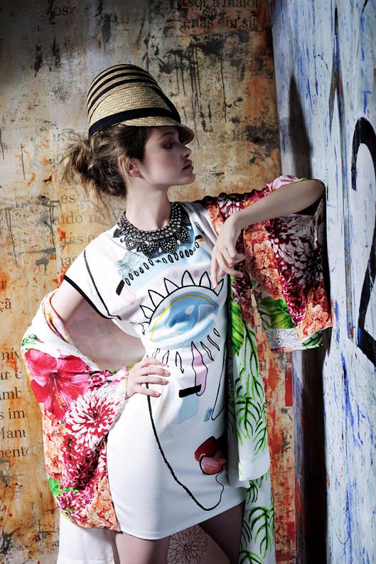 Boné em palhinha Easy Wear €6,99, no El Corte Inglês Boné em palhinha de riscas Easy Wear €6,99, no El Corte Inglês Colar em metal e cristais Zara €25,95 Quimono de seda com estampagem floral BCBG Maxazria €214 Vestido com estampagem surrealista Zara €15,99