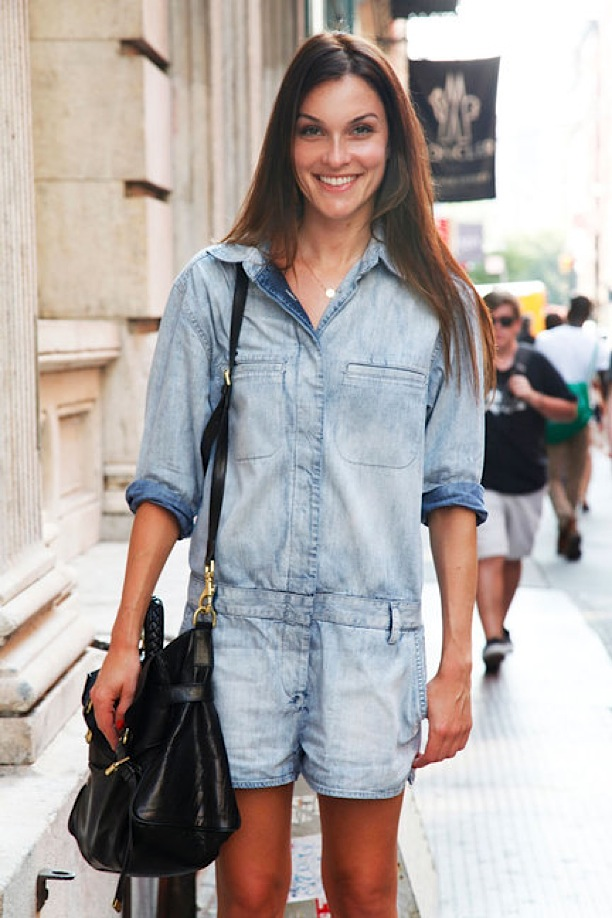 DENIM-JUMPSUIT-ROMPERS-STREET-STYLE-FADED-BLEACHED-OUT-JEAN-JUMPER-SHORT-ELLE-STREET-CHIC-BLACK-SATCHEL-
