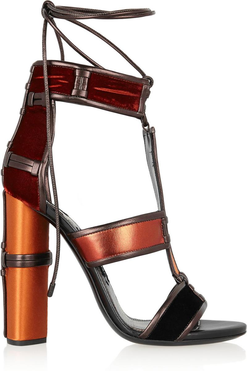 Sandálias Tom Ford €990, na Net-a-Porter