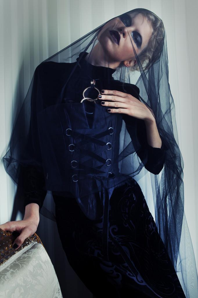 Vestido em veludo devorê Zara ; Corpete em Tafetá de seda João Rôlo ; Colar com argolas metálicas Zara