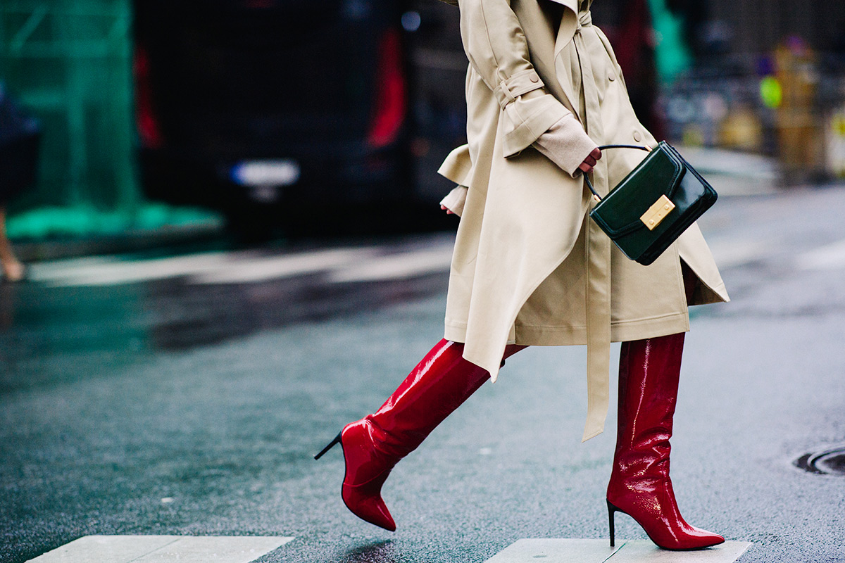 oslo-street-style-red-patent-boots-trench-coat-green-bag-darja-barannik